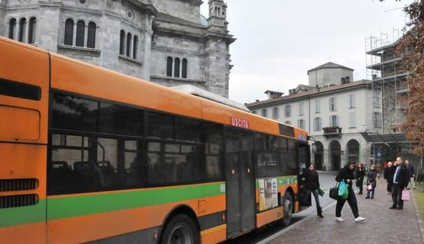 Si apparta sul bus con una passeggera: denunciato autista focoso. Alla vista dei carabinieri l'uomo si ricompone frettolosamente
