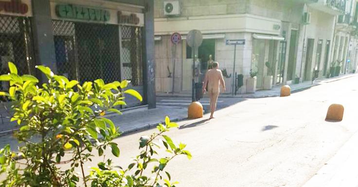 Puglia, amante in fuga o caldo insopportabile? Nudista a passeggio in pieno centro