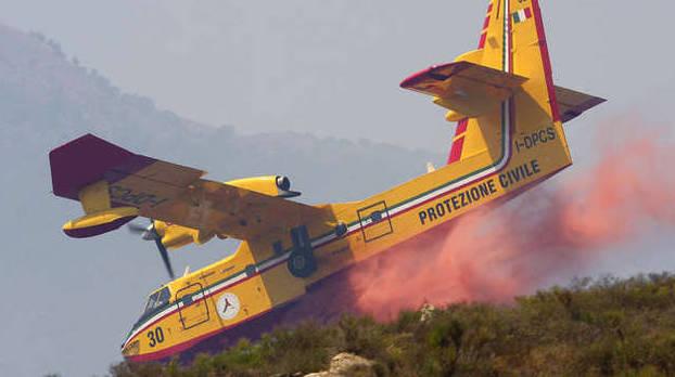 Puglia incendio di vaste dimensioni, chiusa al traffico una statale, sono intervenuti i canadair