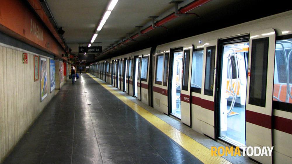 Momenti di terrore, donna scende alla fermata per fumare, il treno riparte con la figlia a bordo