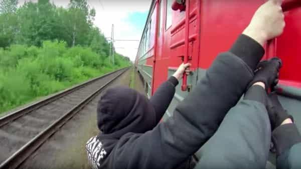 La nuova folle moda dei ragazzini italiani sfidano la morte salgono sul treno e si sporgono aggrappandosi alle maniglie