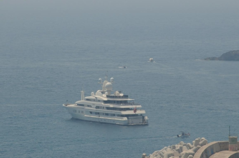 Tre yacht extralusso sbarcano in uno dei pi suggestivi for Il canotto a bordo degli yacht