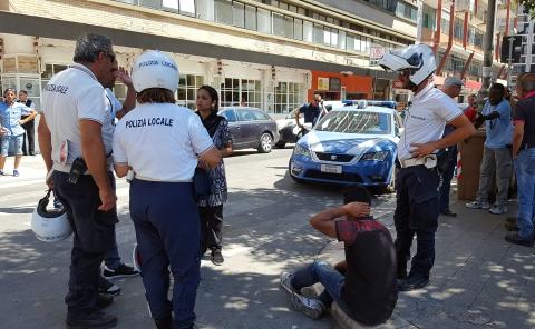 Bari, palpeggia una donna in via Sparano maxi rissa nel cuore della città, terrore tra i passanti