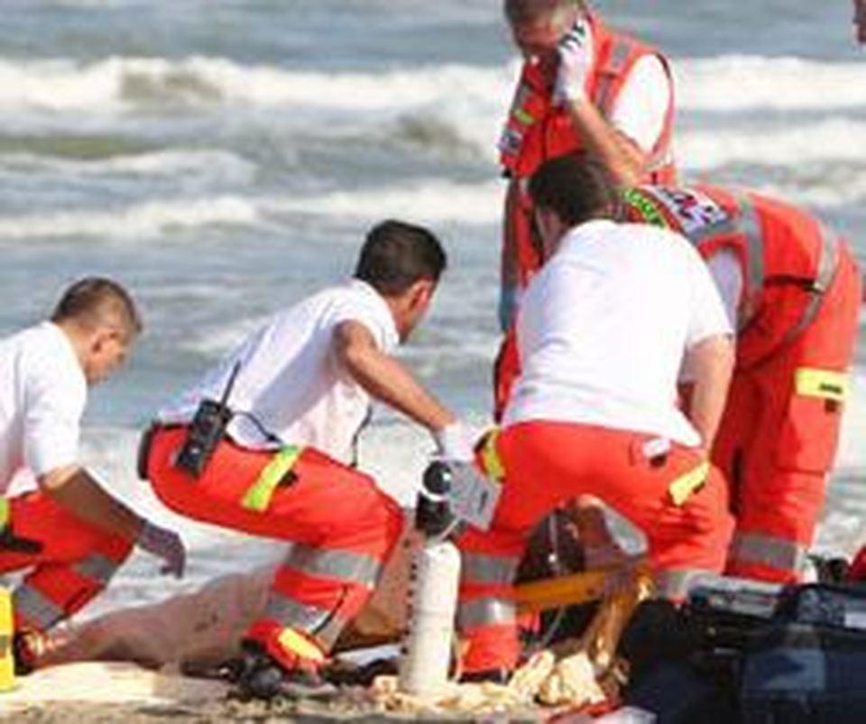 Puglia, tragedia in spiaggia uomo muore d'infarto in un noto lido, panico tra i bagnanti