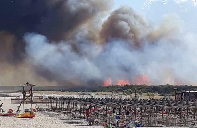 Puglia, devastante incendio in località balneare, panico tra i bagnanti