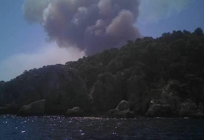 Inferno sulle Tremiti, vasto incendio su tutta l'isola, terrore tra i turisti tratti in salvo da motovedette
