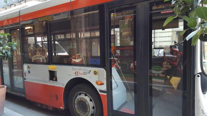 Bari notte di follia su un autobus di linea, teppisti disturbano più volte l'autista, intervengono i vigili e scortano il mezzo fino a capolinea