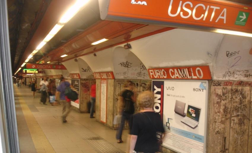 Attimi di terrore treno evacuato perchè donna rimane incastrata e trascinata via, è grave