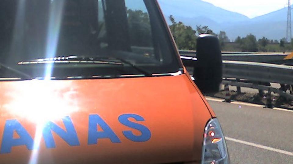 Immane tragedia in Autostrada, mezzo pesante travolge squadra di operai, un morto e due feriti gravissimi