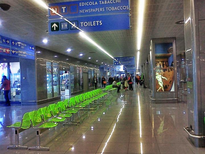 Il figlio di 14 anni non ha il documento in regola, professionista separato lo lascia all'aeroporto e parte da solo in vacanza in Grecia
