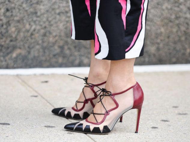 """Puglia, """"Che belle scarpe… valore 650 euro"""" signora resta scalza rapinata in pieno centro"""