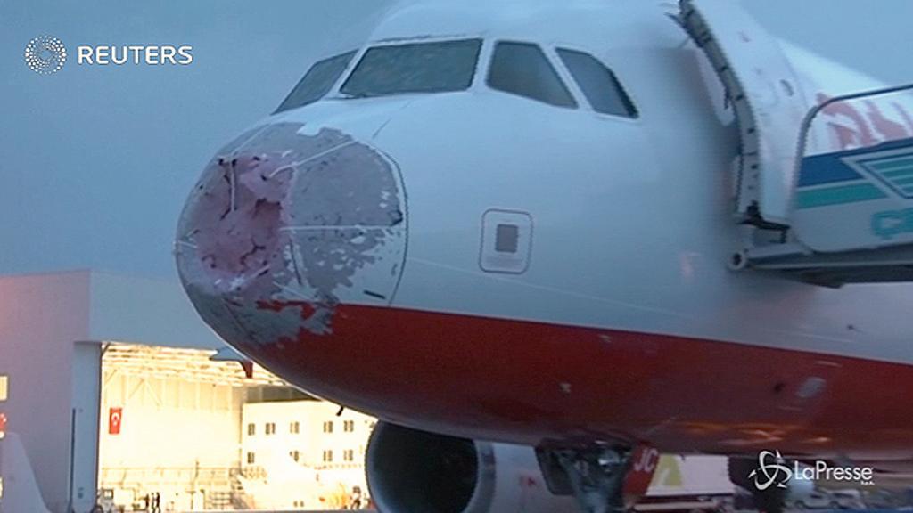 Pilota eroe, guida alla cieca durante tempesta di grandine in volo, in salvo 127 passeggeri