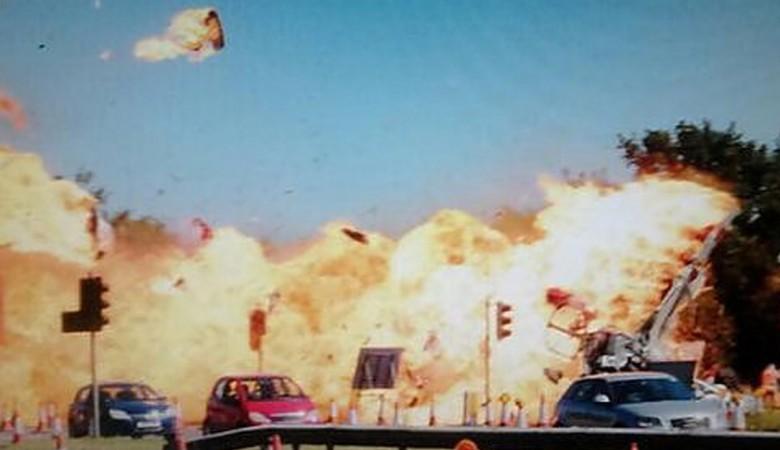 Terrore sulle strade, aereo si schianta sull'autostrada