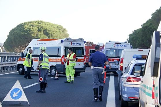 Schianto in autostrada, muore una donna, in fin di vita il marito, altre due feriti gravissimi. Traffico in tilt