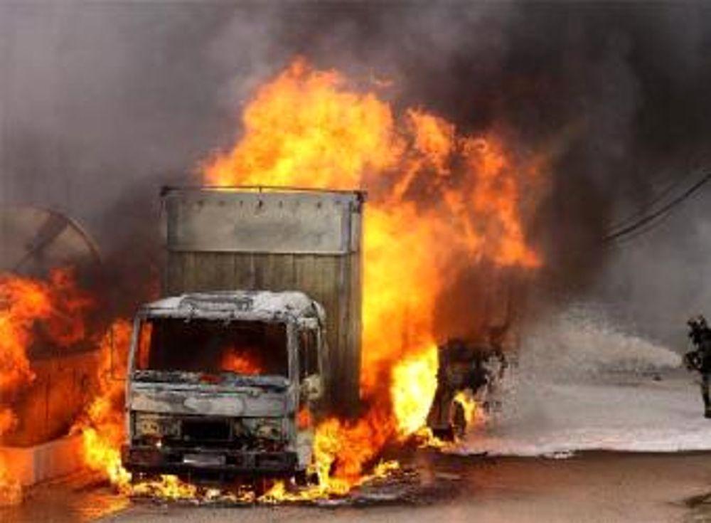 A14, spaventoso incidente, camion a fuoco paura in autostrada bloccata per ore