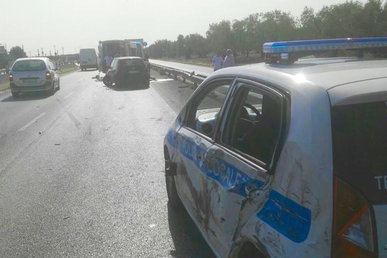 Bari, terribile incidente stradale, camion travolge ambulanza e macchina della polizia