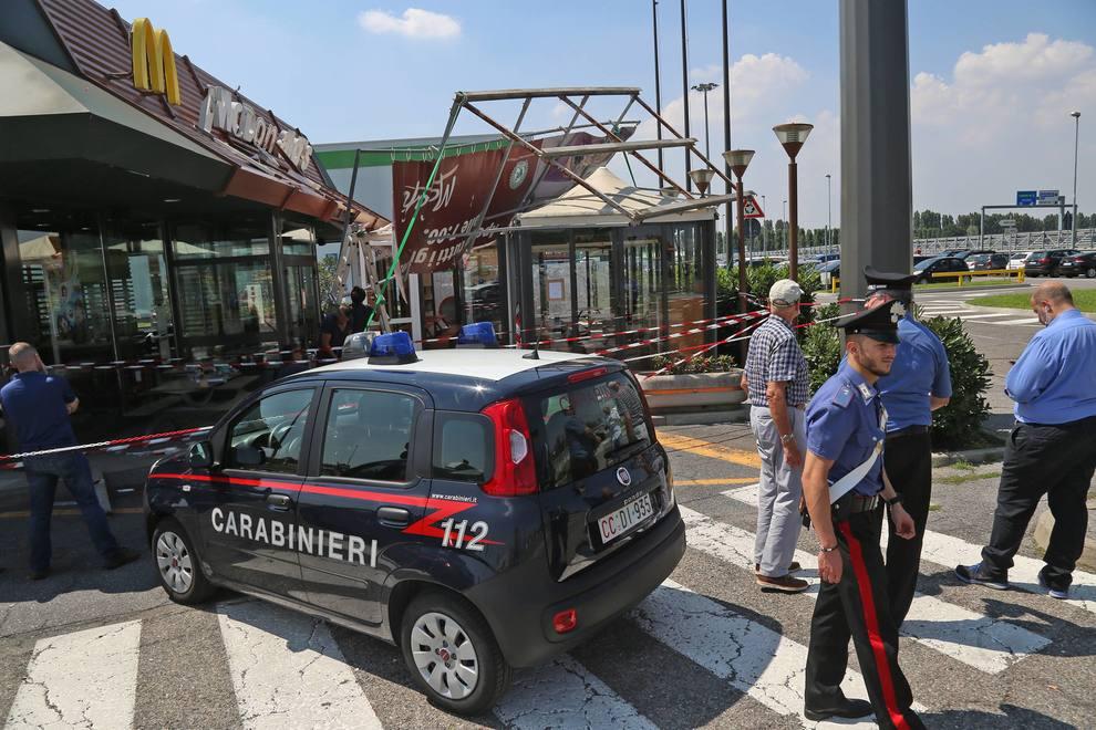 Dramma al McDonald's, crolla gazebo bimbo colpito alla testa lotta tra la vita e la morte