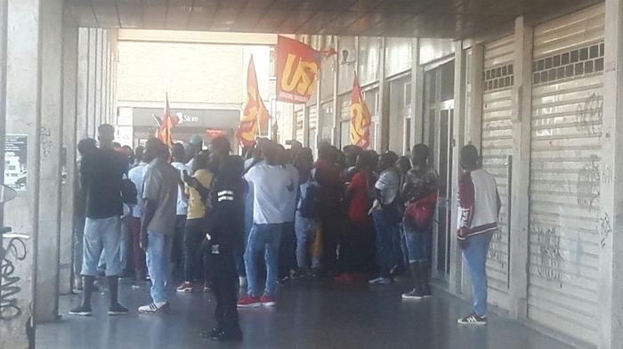 Bari, proteste alla sede della Regione di un centinaio di braccianti africani chiedono acqua, vitto e alloggi