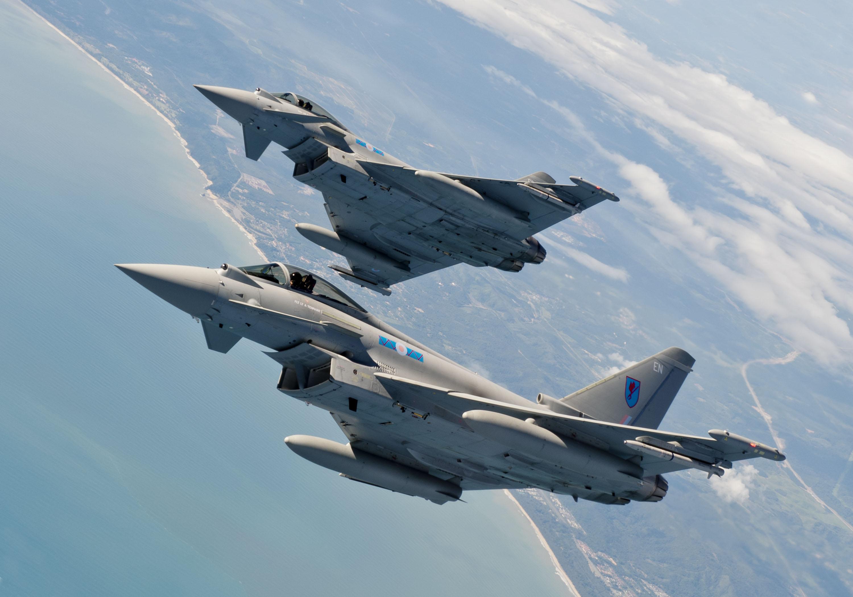 Attimi di tensione nel cielo di Bari due caccia dell'Aeronautica Militare inseguono e intercettano un aereo sconosciuto