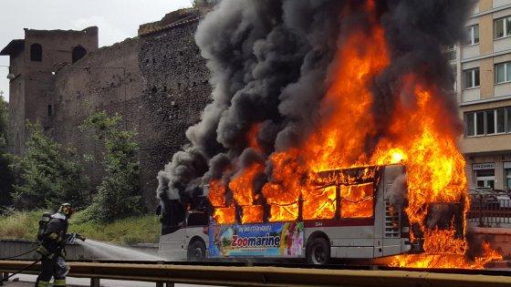 Terrore in autostrada autobus pieno di bambini prende fuoco salvati da poliziotti eroi