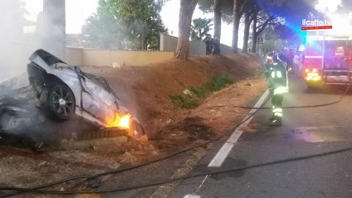 Puglia choc, auto sbanda finisce contro il guardrail e prende fuoco ma alla guida non c'è nessuno