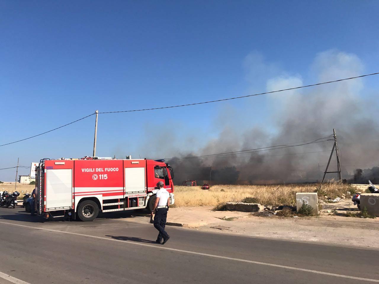 Bari via Fanelli, grosso incendio arrivano i vigili del fuoco
