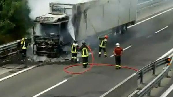 Tragedia sulla strada, due Tir impattano violentemente e prendono fuoco