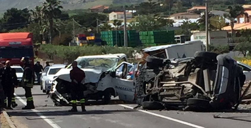 Bari, violentissimo incidente, impattano due auto e un camper