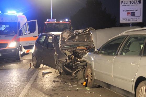 Violentissimo incidente stradale, si scontrano tre auto, feriti gravi