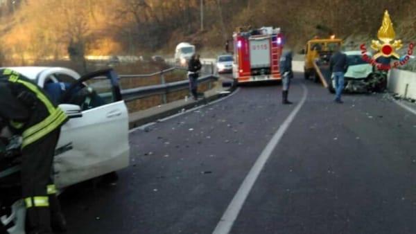 Pauroso incidente, auto contro camion estratto dalle lamiere il corpo di una giovane mamma, il figlio di 10 anni in fin di vita