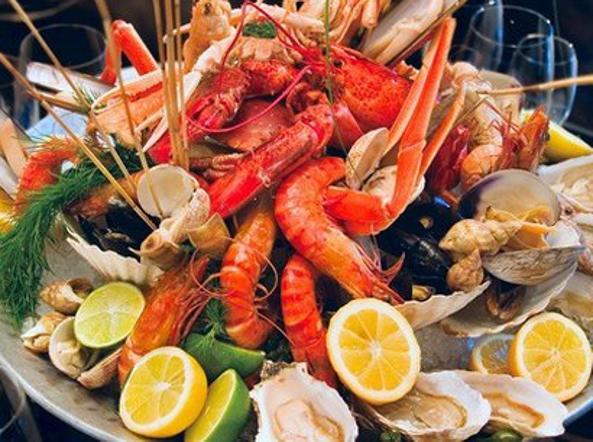 In fin di vita dopo aver mangiato frutti di mare: conati di vomito le rompono la vescica