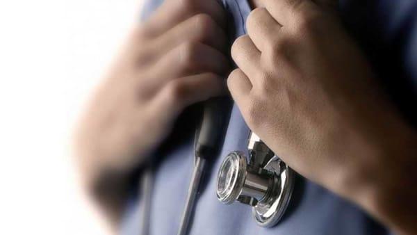 Per venire incontro ai suoi pazienti anziani, medico scrive le ricette in dialetto