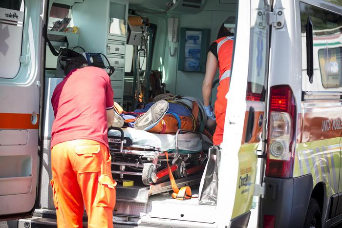 Incidente sulla superstrada Bari-Brindisi, una donna finisce in ospedale, auto distrutta per impatto violento contro guardrail
