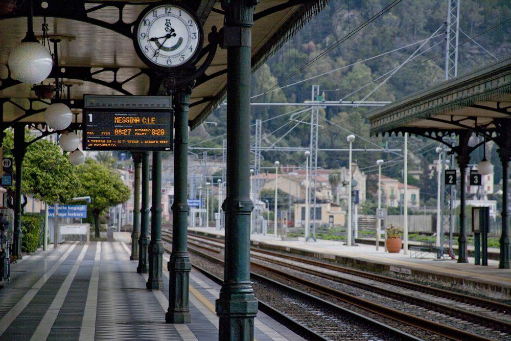 Sale sul treno per sistemare le valigie, il treno parte e in stazione rimangono soli i tre figli piccolissimi