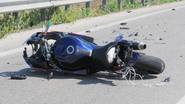 Bari, violentissimo incidente tra auto e moto su viale Tatarella, centauro gravemente ferito