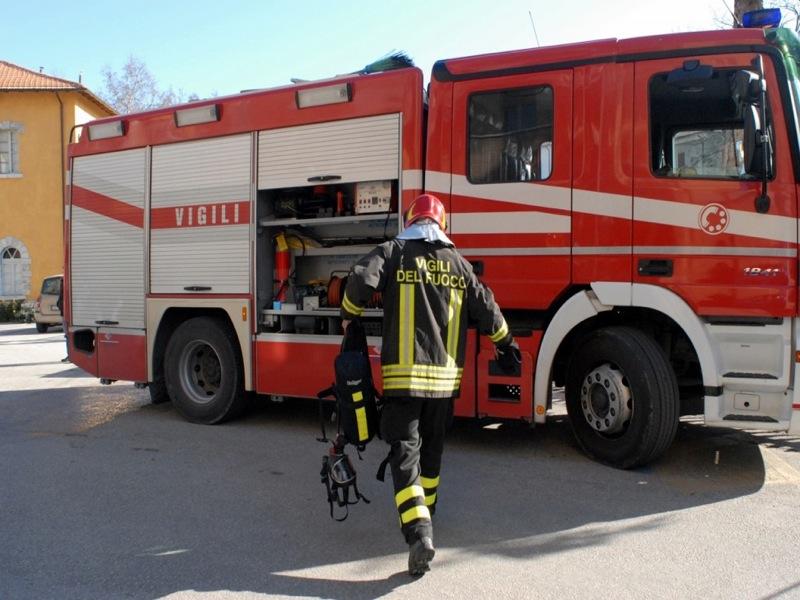 Statale 16, pauroso incendio di un tir, le fiamme divampate nella cabina di guida all'uscita di Giovinazzo Sud direzione Bari