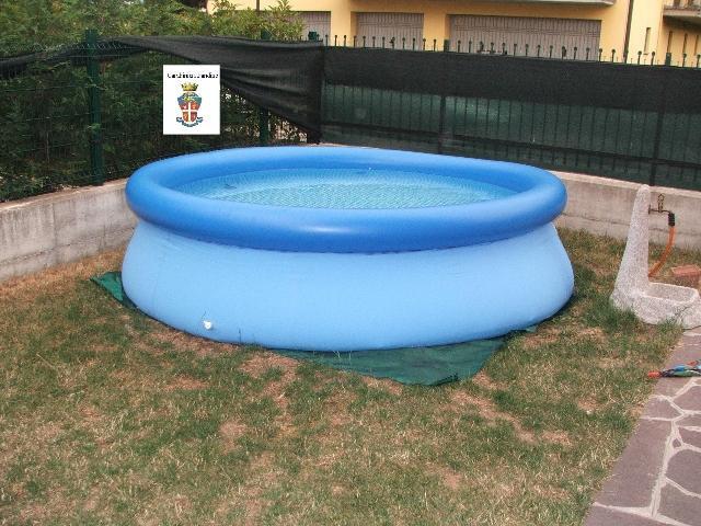 Bambino di 16 mesi sfugge al controllo dei genitori e scivola in una piscina gonfiabile in giardino, muore annegato