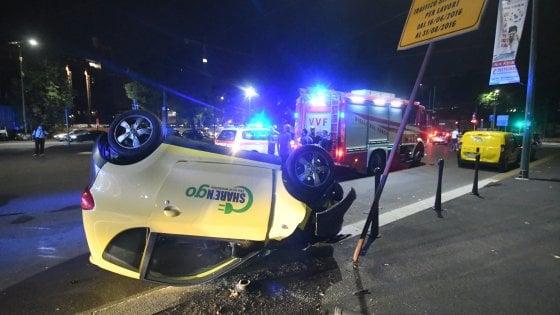 Milano, ragazza reagisce ad una rapina in macchina ma si ribalta