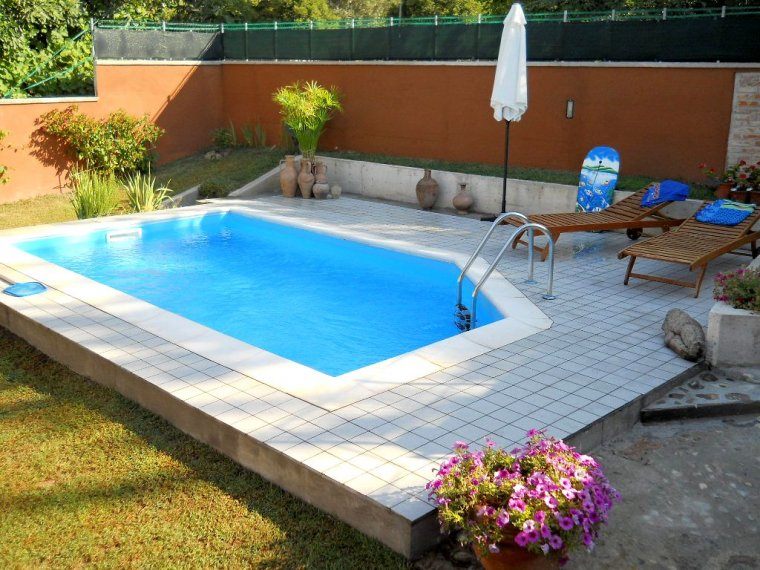 Immane tragedia bimbo di 2 anni cade e annega in piscina for Piscine fuori terra piccole dimensioni