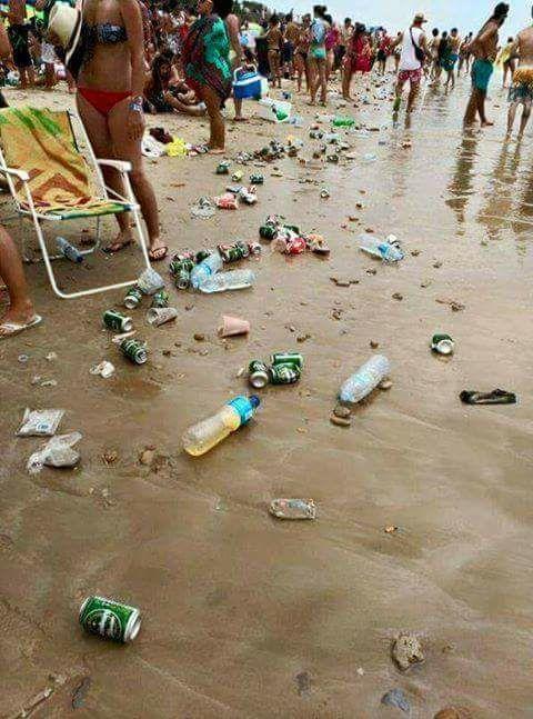 Gallipoli, la foto choc di una delle più belle spiagge del Salento ridotta ad una discarica è diventata virale