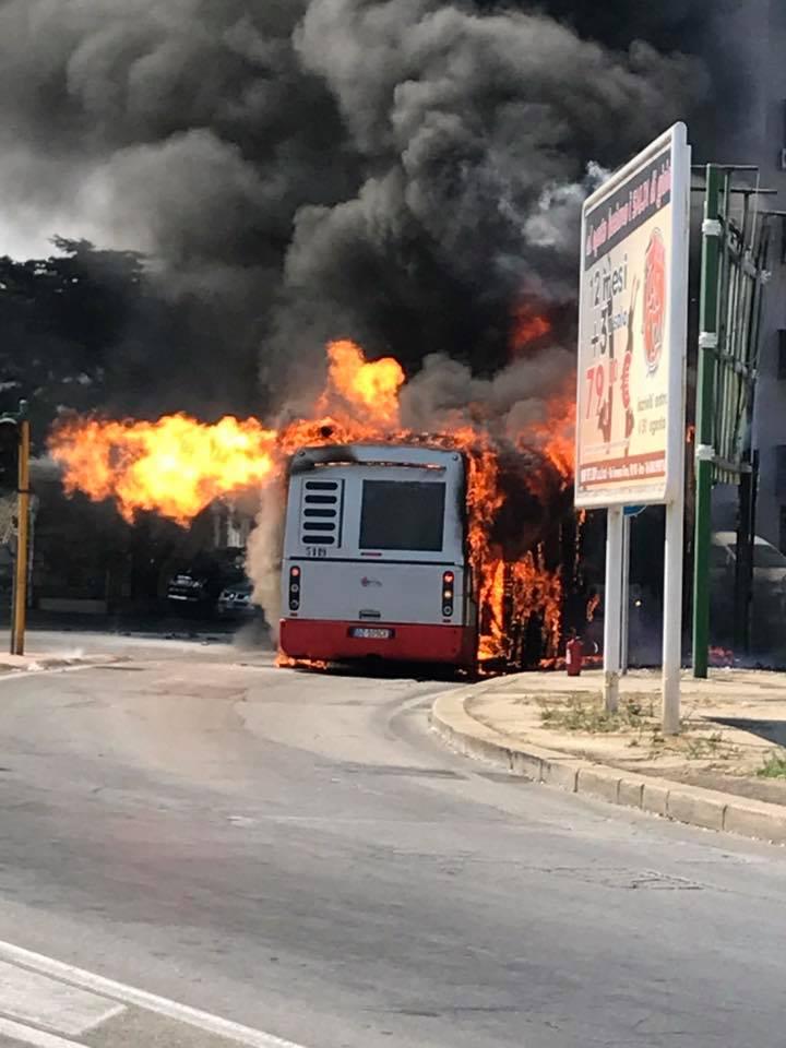 Bari, autista travolto dalle fiamme è grave, bus di linea prende fuoco in via Buozzi, strada chiusa al traffico