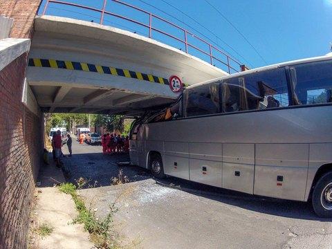 Roma, Pullman s'incastra sotto un ponte, 18 i feriti gravissimo un bambino di 10 anni