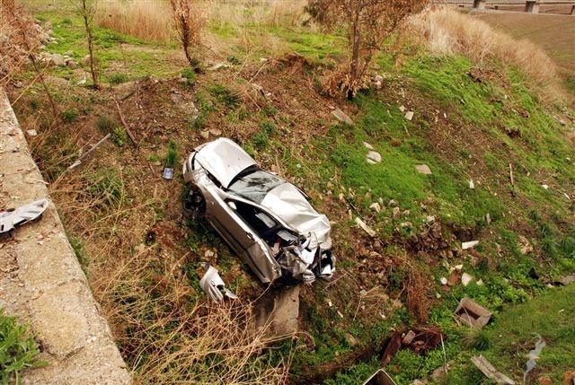 Incidente choc, un ragazzo e una ragazza precipitano con l'auto in un burrone muoiono sul colpo, avevano 18 e 17 anni