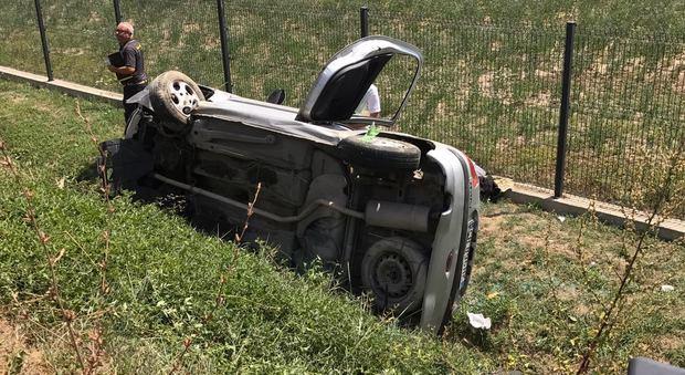 Momenti di terrore per donna e suo neonato rimangono incastrati nelle lamiere dell'auto finita in una scarpata