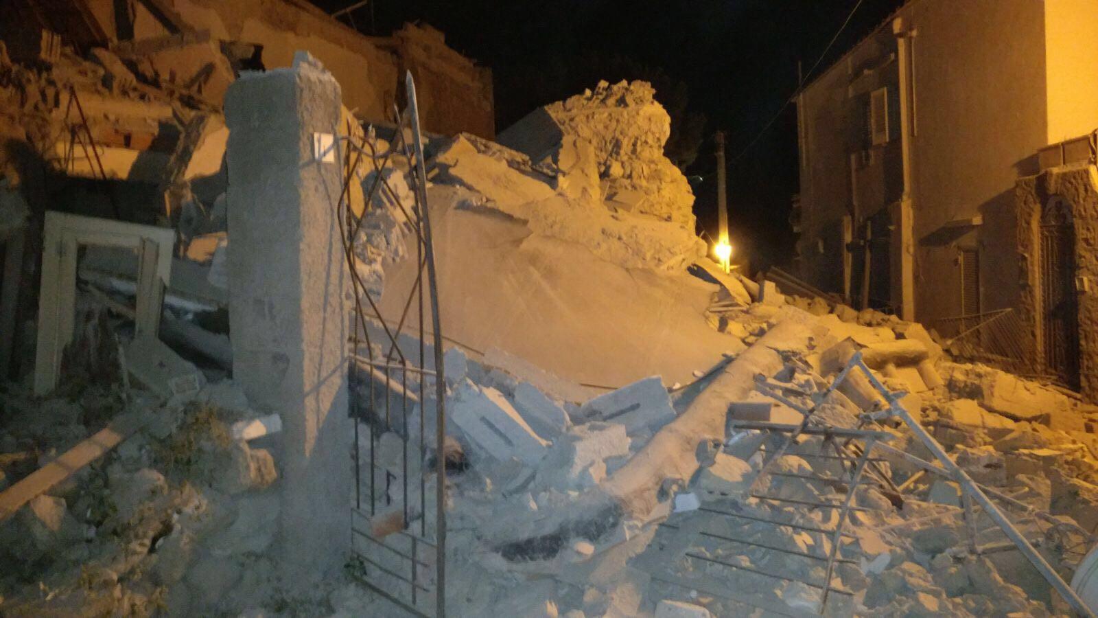 Terremoto ad Ischia, distrutte abitazioni, alberghi isolati, due morti e 39 i feriti, si scava ancora estratto vivo bimbo di sette mesi