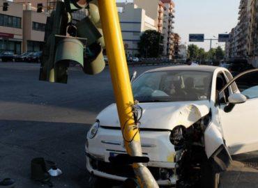 Taranto, auto si schianta violentemente contro semaforo per un colpo di sonno, ferito conducente