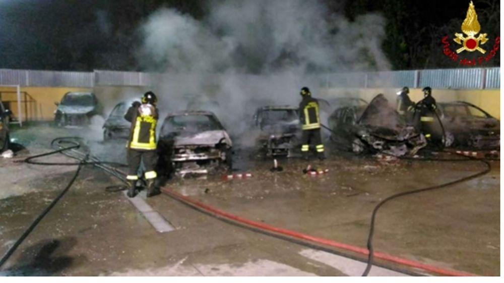 Nel barese autosalone in fiamme, macchine distrutte