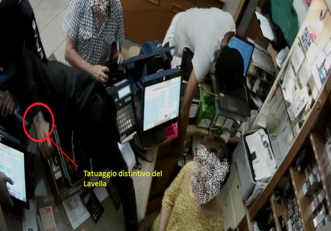 Puglia, rapina armata in tabaccheria in pieno centro, banditi usano pistola alla presenza di bimbi e donne, arrestato un bandito per un tatuaggio