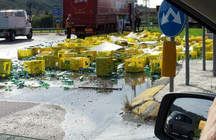 Puglia, terribile incidente stradale tra due tir, la strada invasa da bottiglie di acqua minerale