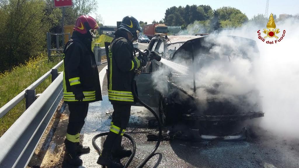 Attimi di terrore sull'autostrada A14 tra caselli Andria – Canosa auto prende fuoco all'improvviso, traffico in tilt